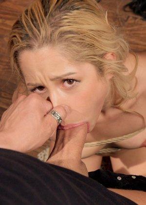 Девушка соглашается быть связанной и мощно оттраханной со всяческими аксессуарами для необычного секса - фото 8