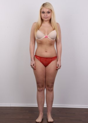 Классная голая блондинка показывает бритую пизду на камеру - фото 6
