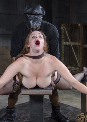 Девушка оказывается прикована и обездвижена, поэтому с ней делают всё, что хотят - фото 15