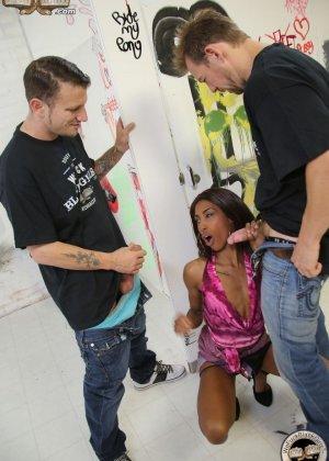 Два европейских паренька хорошенько чпокнули негритоску Adriana Malao - фото 2