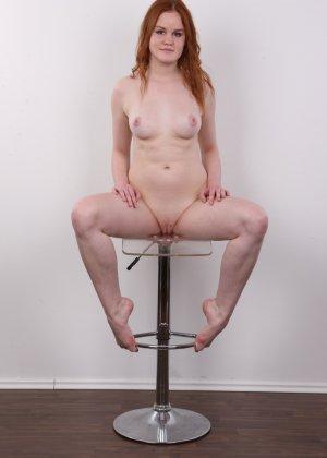 Худенькая рыжеволосая девушка с маленькими сиськами сидит голой попой на стуле - фото 14