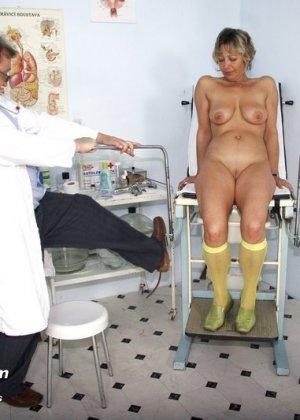 Зрелая Ванда приходит к врачу, он помогает ей раздеться и поудобнее устроиться для тщательного осмотра - фото 7