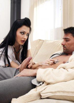 Алетта – сексуальная доктор, которая способна вылечить пациента с помощью своего тела и больших буферов - фото 4