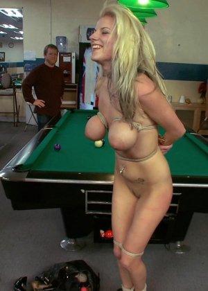 На бильярдном столе мужики причиняют боль привлекательной блондиночке - фото 15