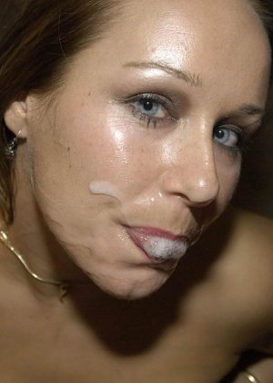 Симпатичной красотке кончили на лицо и заставили облизывать сперму - фото 10