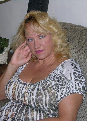 Чужая соседская жена показывает свою старенькую натуральную грудь - фото 2