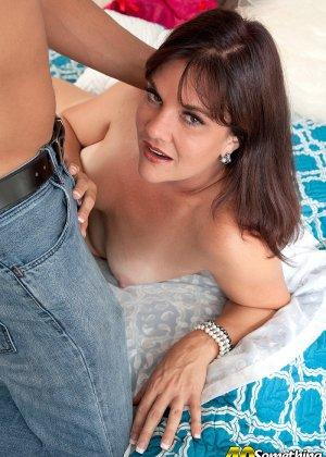 Сорокалетняя Виктория Миллер с легкостью соблазняет мужчину и отдается ему на мягкой кровати - фото 11