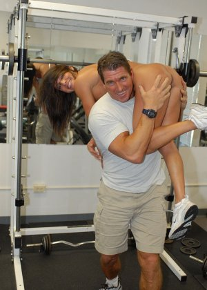 Опытная женщина занимается в спорт-зале, а в итоге оказывается между двумя мужскими членами - фото 4