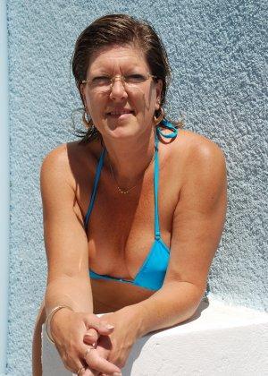 Отдых на море в эротических фото зрелой дамы на крутой фотик - фото 4