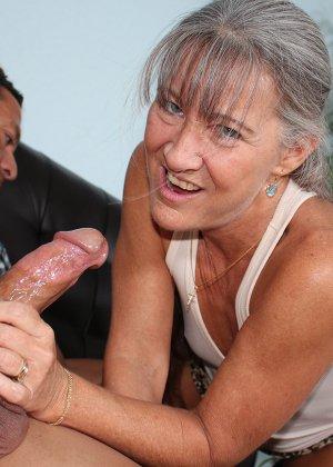 Зрелая женщина не стесняется своего тела и показывает себя мужчине, а затем ласкает его член руками - фото 8