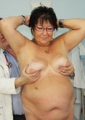 Зрелая женщина в теле показывает себя со всех сторон, доверив свое тело опытному специалисту - фото 2