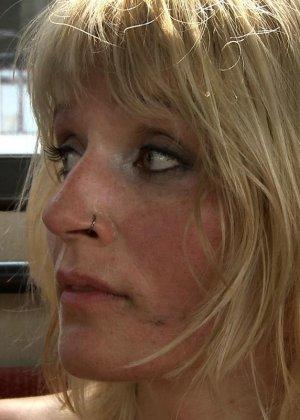 Блондинку ебут на публике в трамвае после длинного рабочего дня - фото 23