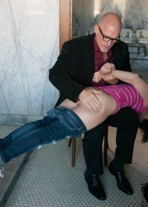 Сексуальную молодую телку зрелый парень жестко выеб в пизду - фото 3