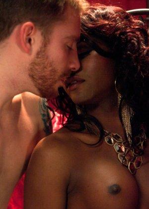 Черная женщина у которой ниггерский член выебала в жопу белого парня - фото 7