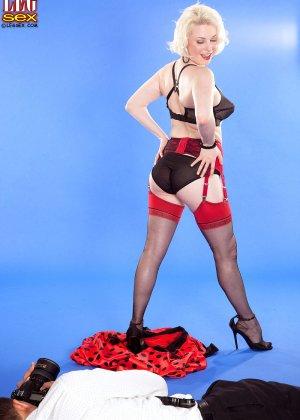 Голди Рэй показывает свою пышную фигуру фотографу, а затем подставляет свои дырочки для секса - фото 9