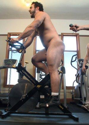 Два мужчины развлекаются в спортивном зале, а потом увлекаются и начинают делать минет друг другу - фото 12