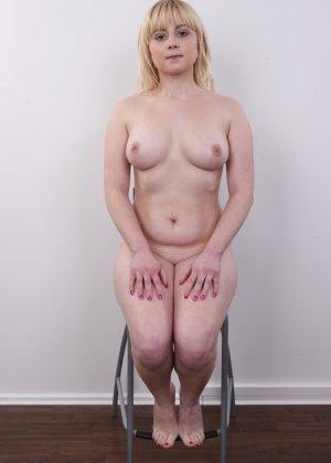 Блондинку на кастинге заставили оголить свое не очень красивое тело - фото 16