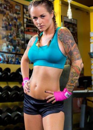 Девушка занимается фитнесом, а затем показывает свое красивое тело с большими татуировками - фото 5