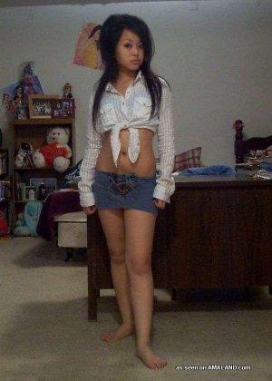 Сексуальная азиатка симпатичной внешности делает красивые фото на телефон - фото 12