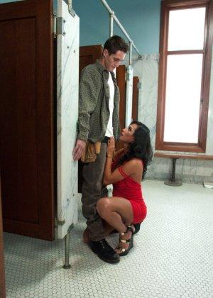 Парнишка с удовольствием принимает пенис грудастой девушки - фото 1