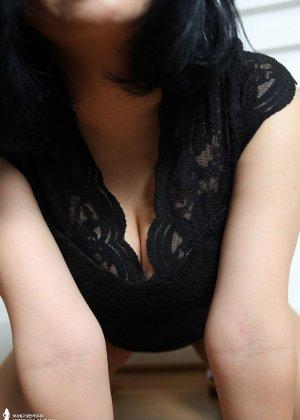 Красивая милашка азиатской внешности сбрасывает с себя лишнюю одежду и показывает грудь - фото 23