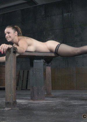Девушка оказывается прикована и обездвижена, поэтому с ней делают всё, что хотят - фото 4