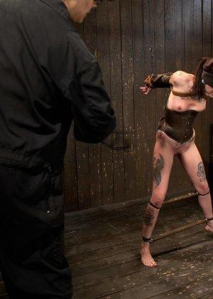 Татуированная молоденькая девица впервые пробует БДСМ - фото 10