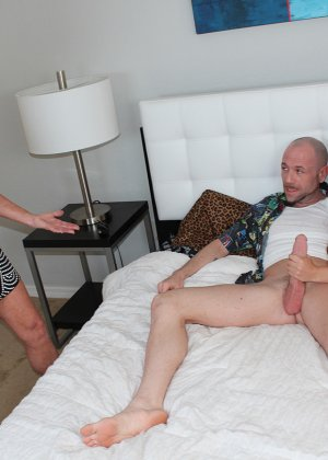 Девушка спускает мужчине трусы, а под ними оказывается большой член, который она доверяет обслужить опытной даме - фото 4