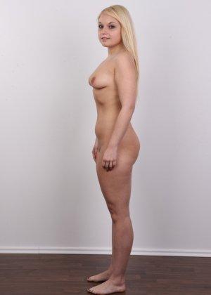 Классная голая блондинка показывает бритую пизду на камеру - фото 14