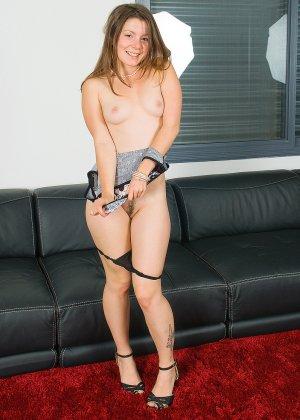 Эмили очень хочет показать свое тело, поэтому выгибается в разных позах, чтобы дать себя рассмотреть - фото 10