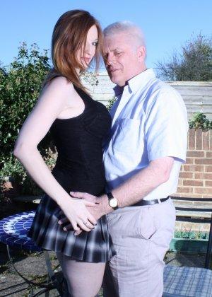 Пожилому мужчине очень повезло - ему отдается молодая телочка и удовлетворяет его желания - фото 10
