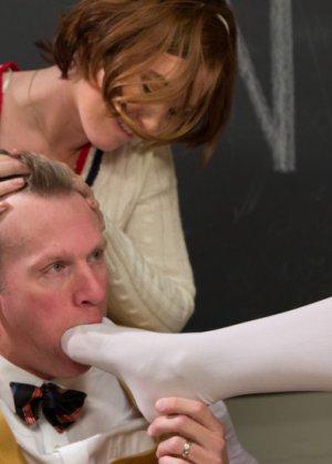 Со зрелым учителем развлеклись по полной программе распутные студентки - фото 13