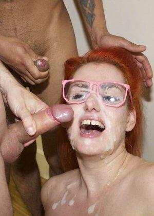 Горячая рыжая лесбиянка со своей подружкой занимаются сосанием хуев - фото 13