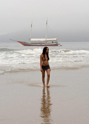 Парочка уединяется на пляже, а девушка оказывается мужчиной и трахает своего партнера в анус - фото 1