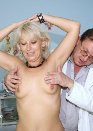 Романа приходит к гинекологу и полностью доверяется его опыту, а он пользуется этим и рассматривает ее всю - фото 5