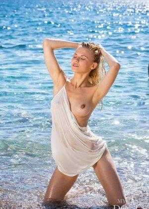 Девушка расслабляется на пляже - ее обнаженное тело может свести с ума кого угодно - фото 4