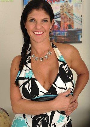 Коралэйн Джевел – сексуальная брюнетка с большими буферами, которая знает все свои самые выгодные ракурсы - фото 1