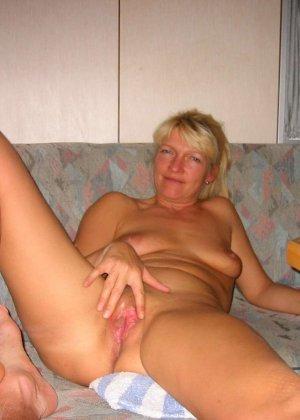 Зрелую блондинку с рыхлой пиздой трахает паренек от первого лица - фото 7