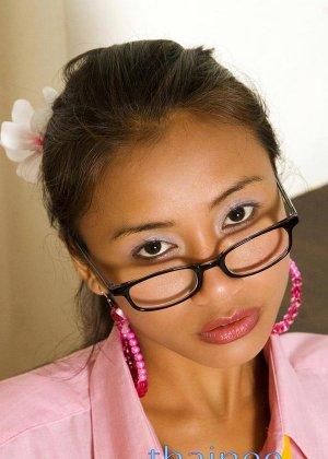 Привлекательная азиатка в черных трусиках показывает свои маленькие сисечки - фото 4