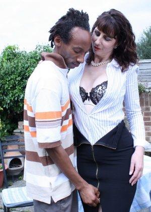 Зрелая темпераментная женщина соблазняет темнокожего мужчину и позволяет себя трогать - фото 11