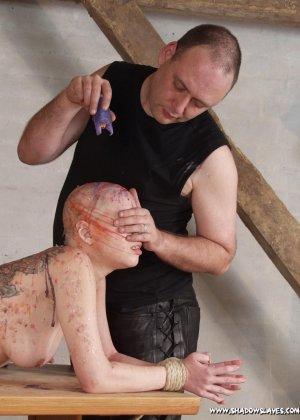Лысая голая телка в краске улыбается перед своим мужиком - фото 5