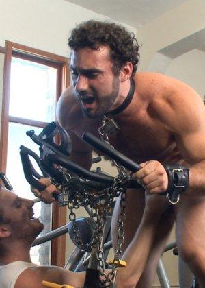 Два мужчины развлекаются в спортивном зале, а потом увлекаются и начинают делать минет друг другу - фото 14