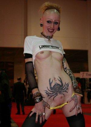 Татуированная неформальная дура писает в туалете - фото 5