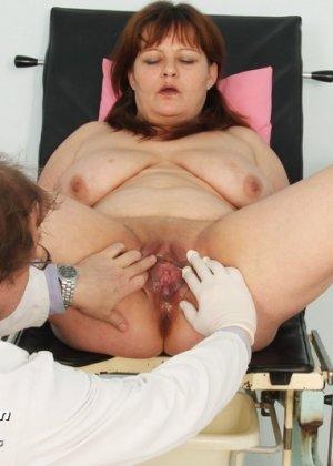 Пожилой врач принимает зрелую пациентку и вставляет в ее пизду расширитель, а в попке орудует ватной палочкой - фото 10