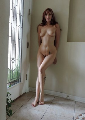 Девушка развлекается со своей киской и показывает себя всю без одежды перед камерой, крупным планом - фото 10