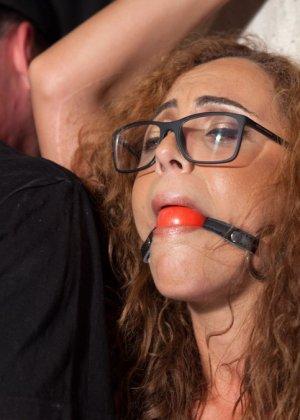Очкастая девушка позволяет делать с собой всё что угодно - фото 6- фото 6- фото 6
