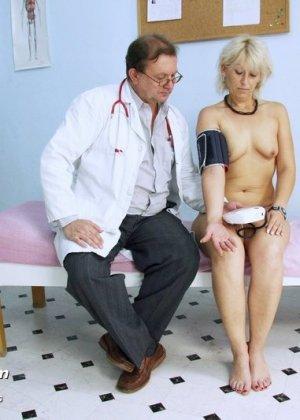 Романа приходит к гинекологу и полностью доверяется его опыту, а он пользуется этим и рассматривает ее всю - фото 7