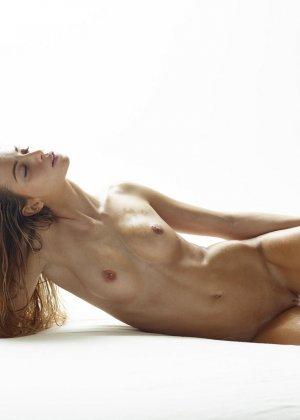Эротические фото красивой худенькой девушки с маленькой грудью - фото 5