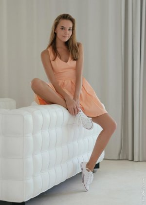 Сексуальная красотка широко раздвигает ножки, чтоб показать все самые интимные зоны своего тела - фото 1