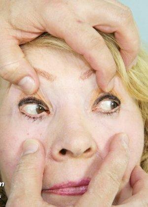 Женщина приходит к врачу, чтобы позволить осмотреть себя с ног до головы – ей это даже нравится - фото 8